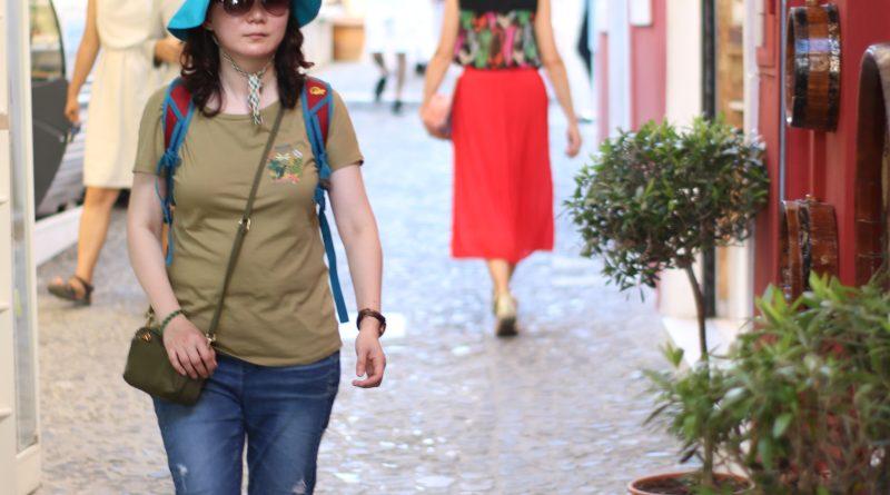 Street photography due donne con il cappello